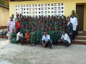 4- écoliers avec  enseignants devant nouv. toilettes